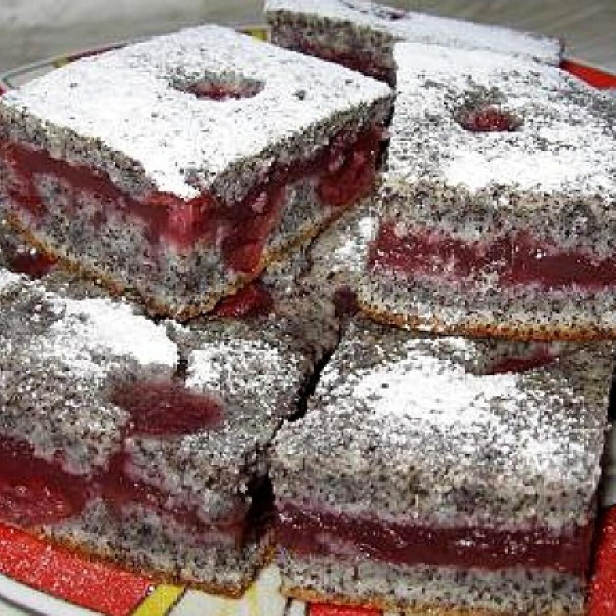 Ezen a képen: Bögrés krémes meggyes-mákos kocka
