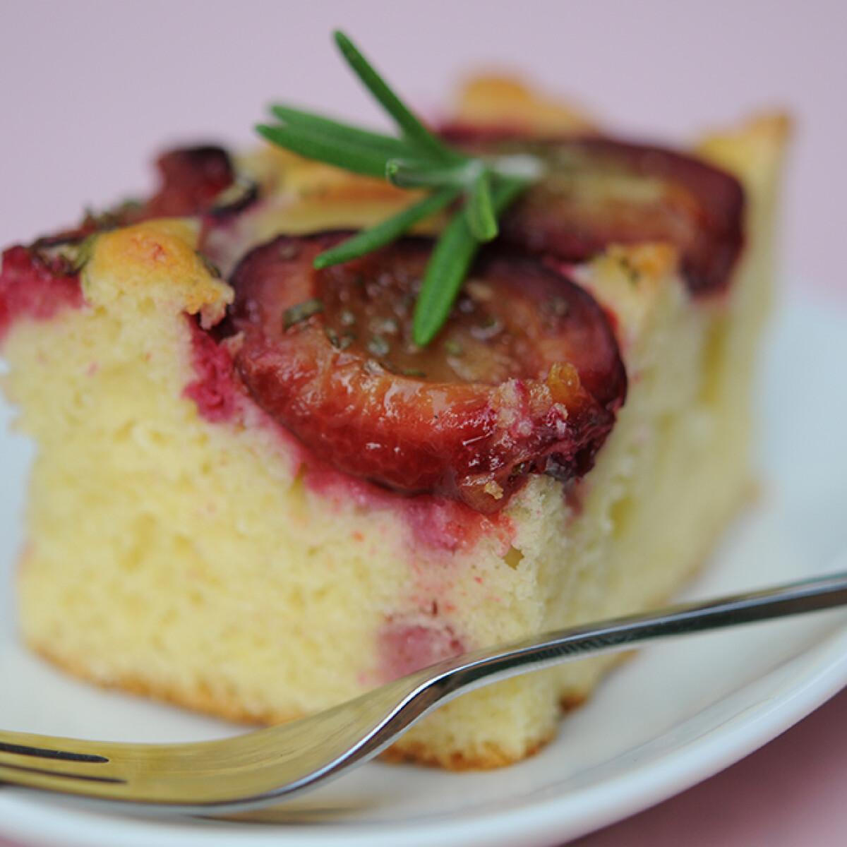 Ezen a képen: Rozmaringos-szilvás süti