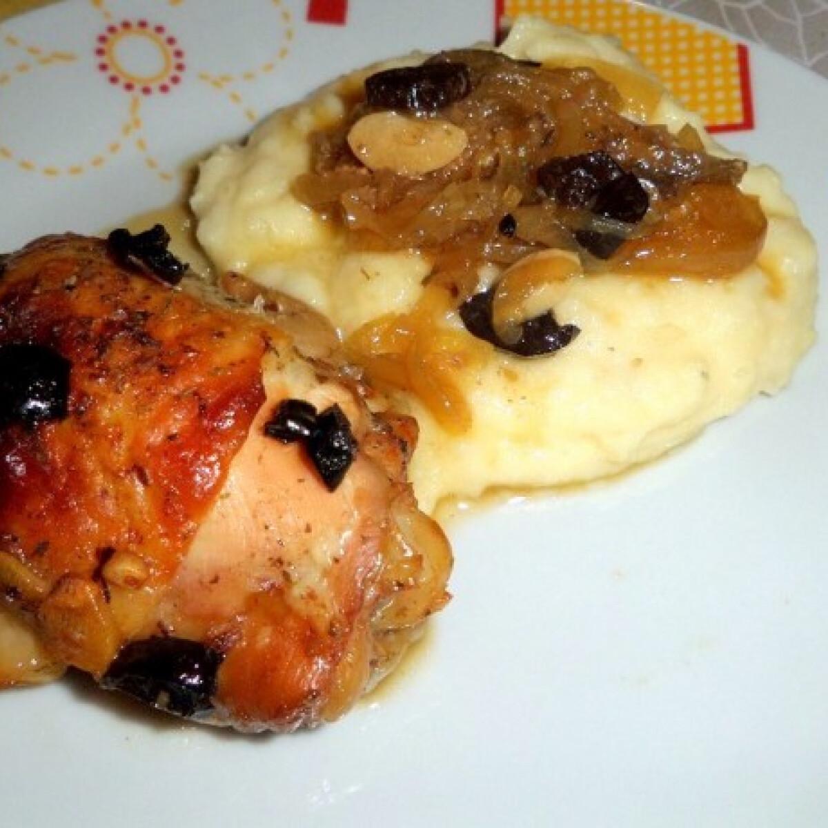 Ezen a képen: Aszalt szilvás csirkecomb fokhagymás hagymaágyon sütve