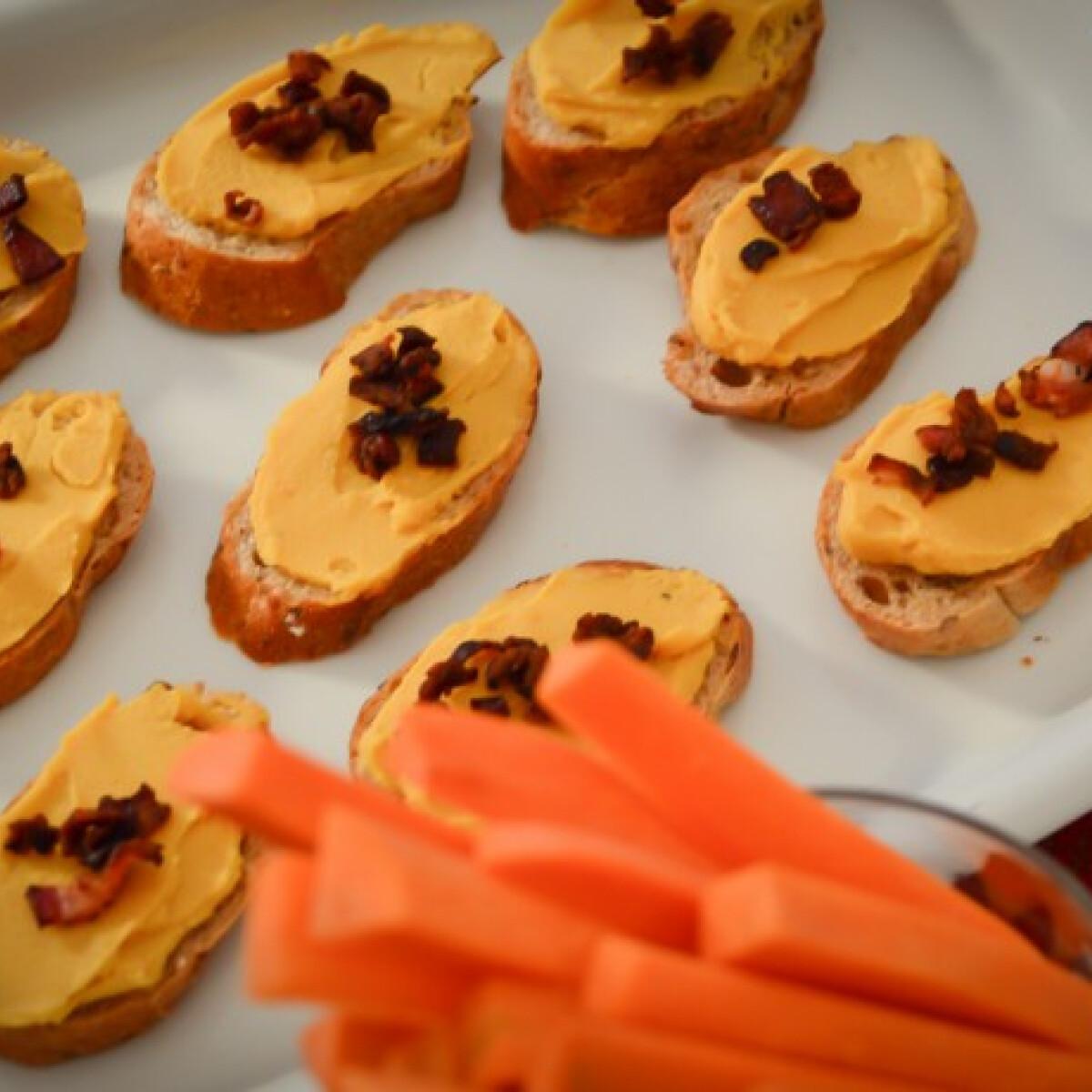 Ezen a képen: Sütőtökhumusz baconchips-szel