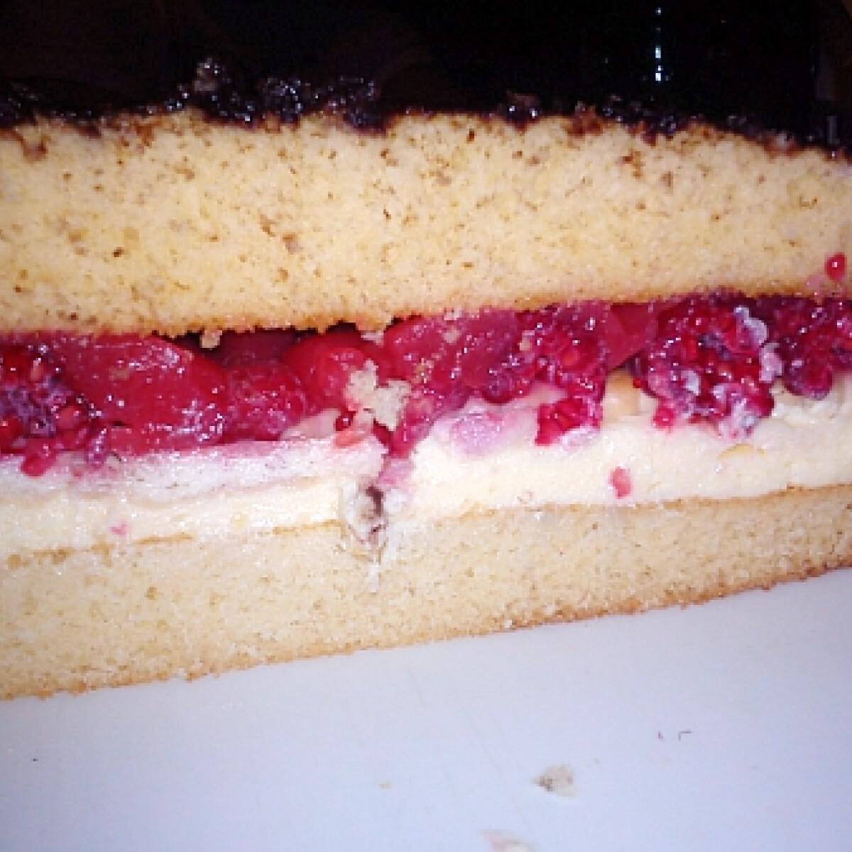 Ezen a képen: Málnás-vaníliás torta