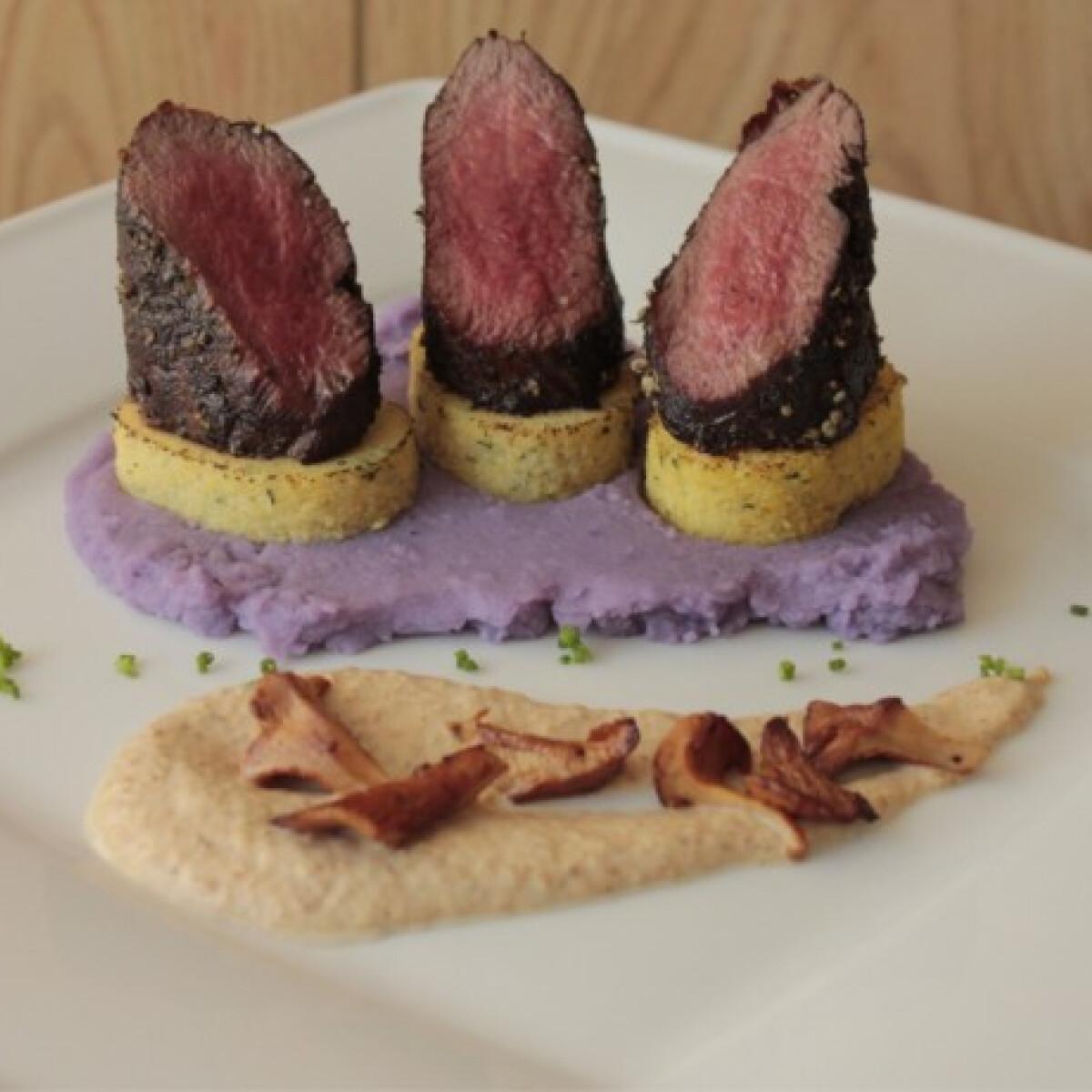 Vörösborban érlelt, zöldborsos őzgerincfilé csomboros polentával