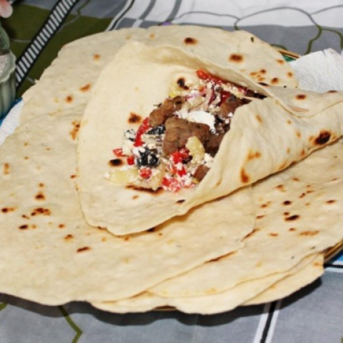 Ezen a képen: Tortilla csirkével és salátával töltve