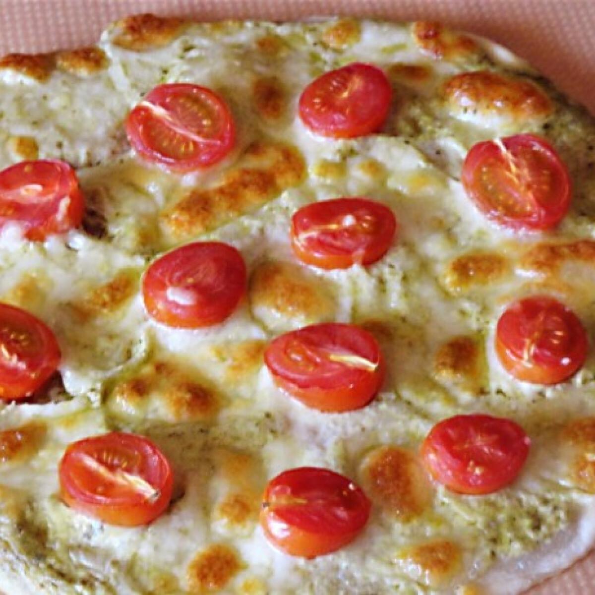 Ezen a képen: Paradicsomos-mozzarellás Flammkuchen