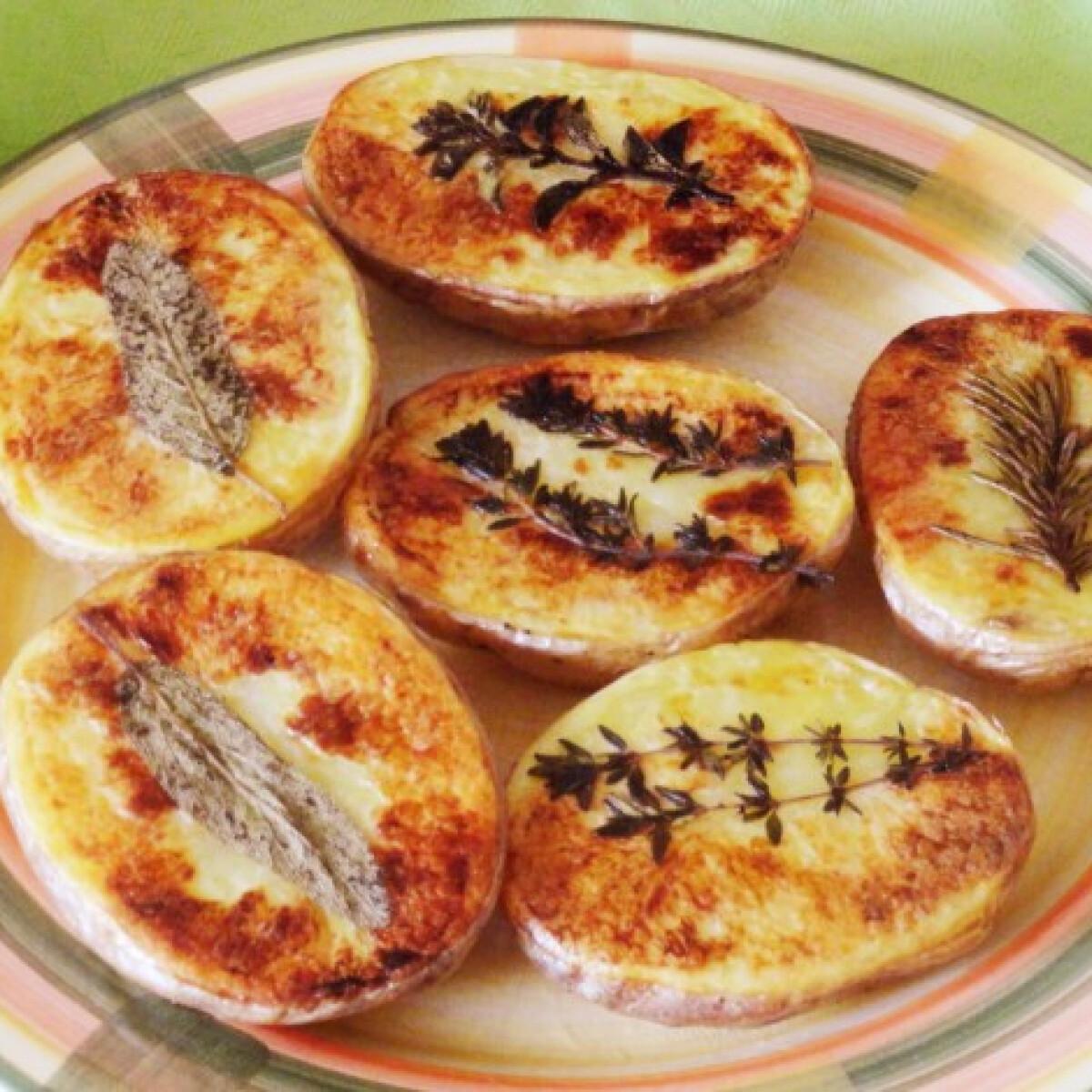Ezen a képen: Zöldfűszeres sült burgonya
