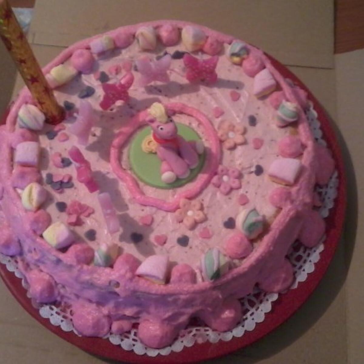 Ezen a képen: Eperkrémes torta Zita konyhájából