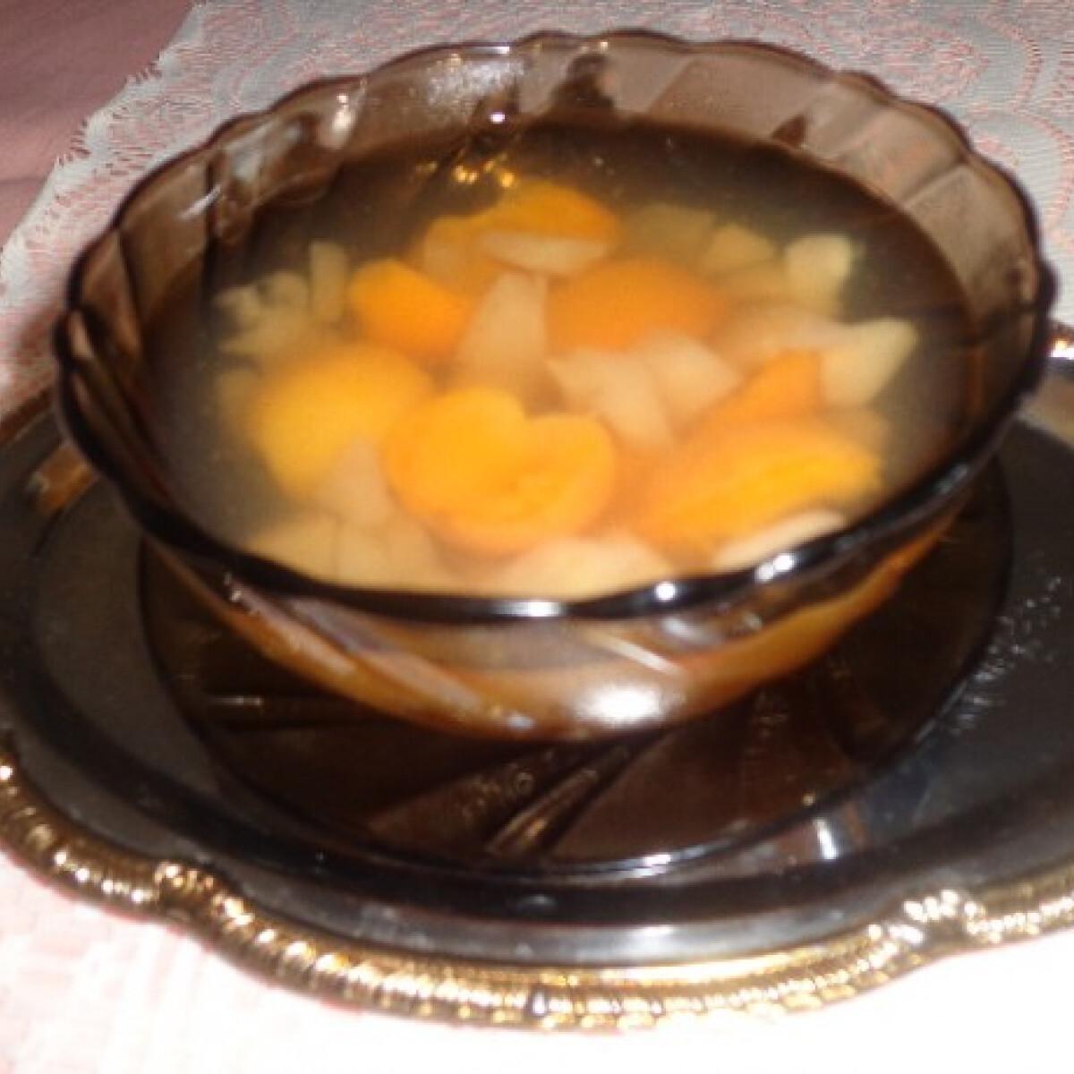 Ezen a képen: Alma-barack kompót gyümölcscukorral