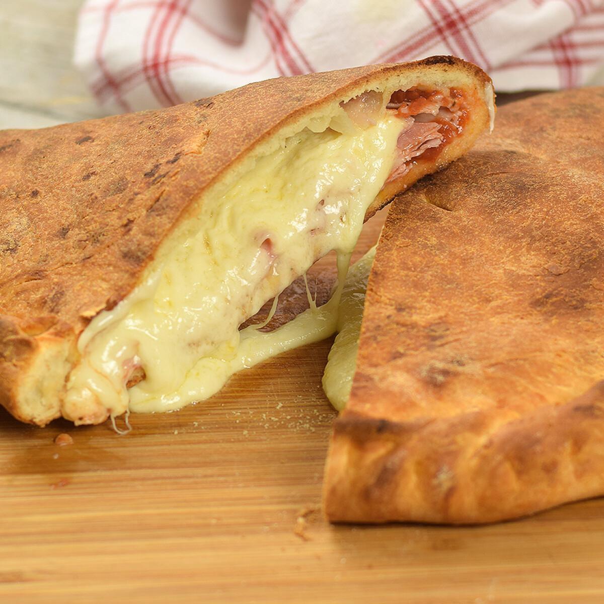 Ezen a képen: Sonkás-sajtos calzone