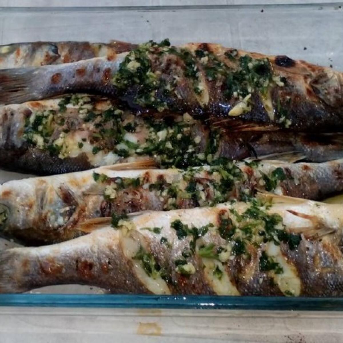 Ezen a képen: Grillezett tengeri hal fokhagymás öntettel