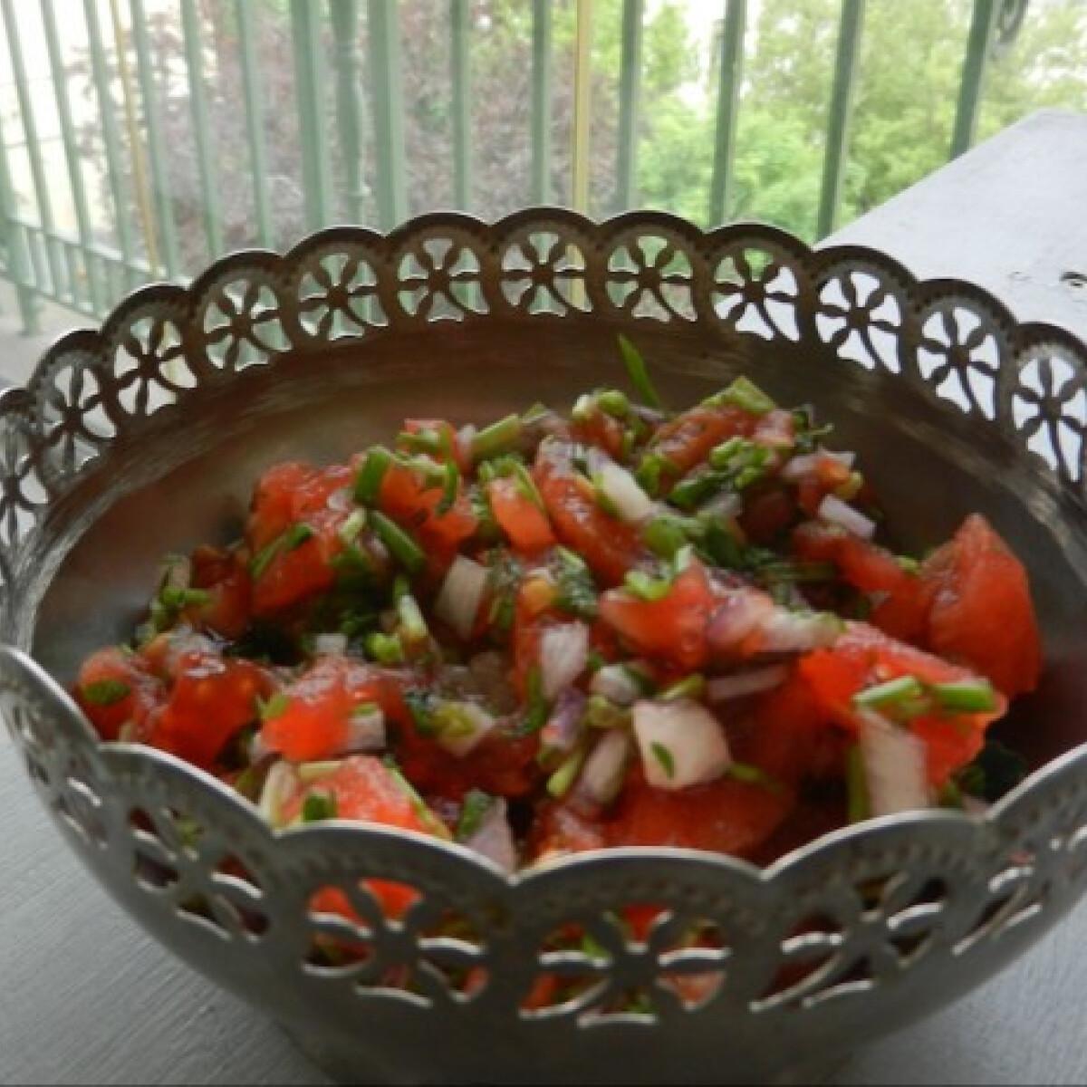 Ezen a képen: Paradicsomos-hagymás salsa