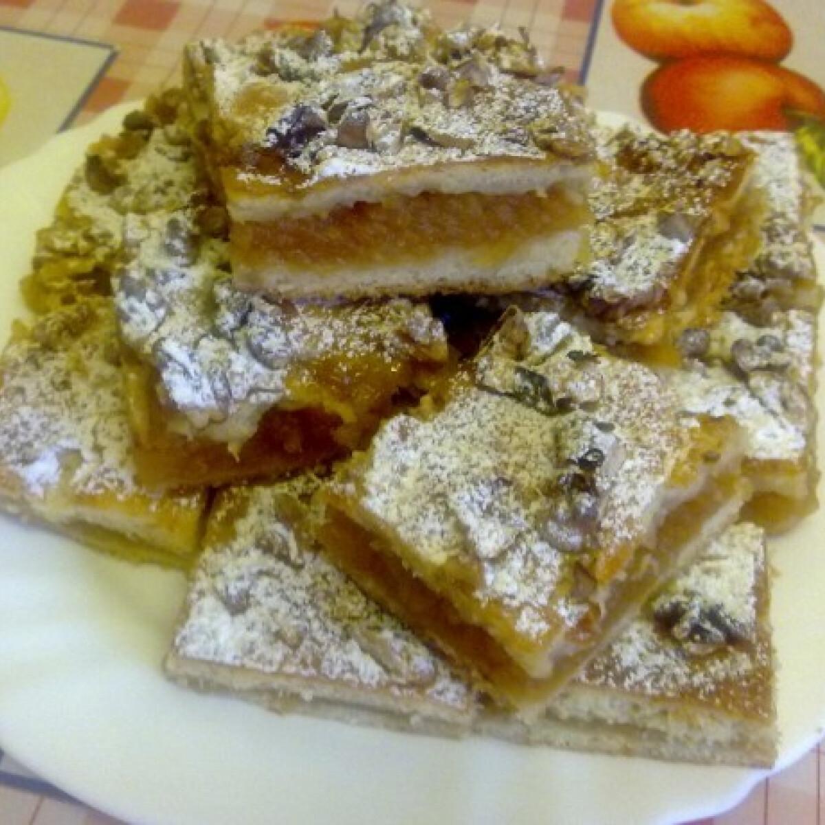 Ezen a képen: Mézes-diós-almás pite