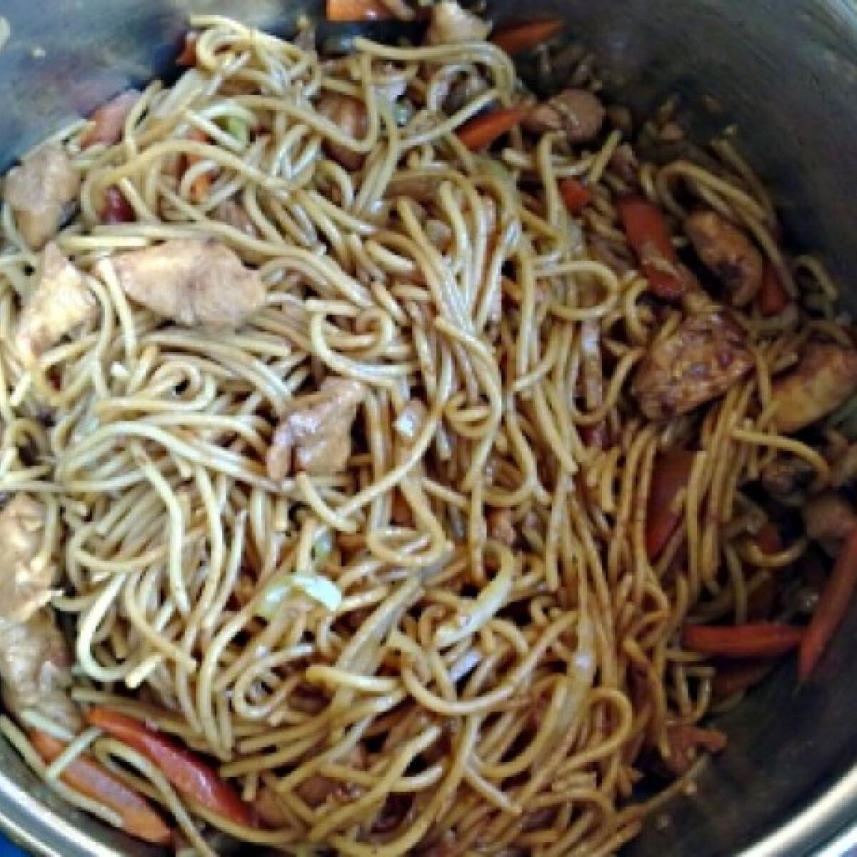 Ezen a képen: Ázsiai pirított tészta