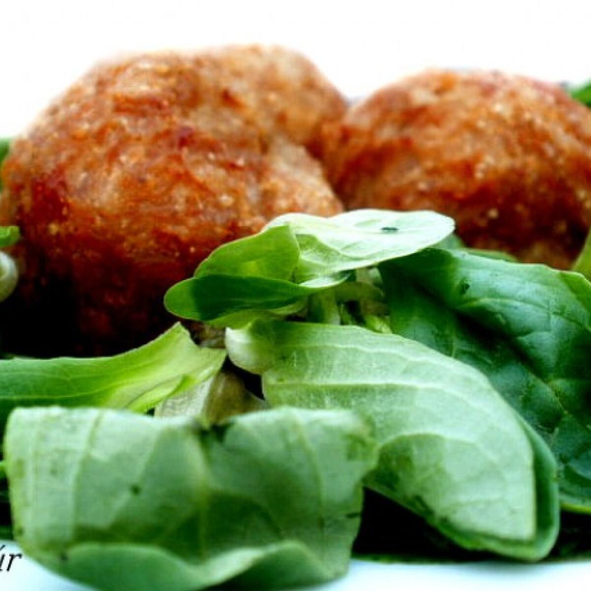Ezen a képen: Ízletes húsgolyók salátaágyon