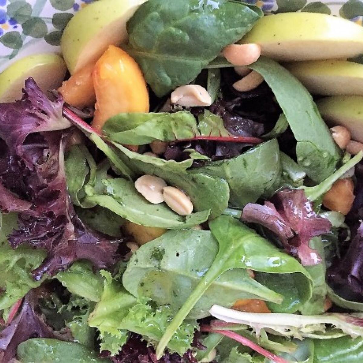 Ezen a képen: Saláta zöld almával és őszibarackkal