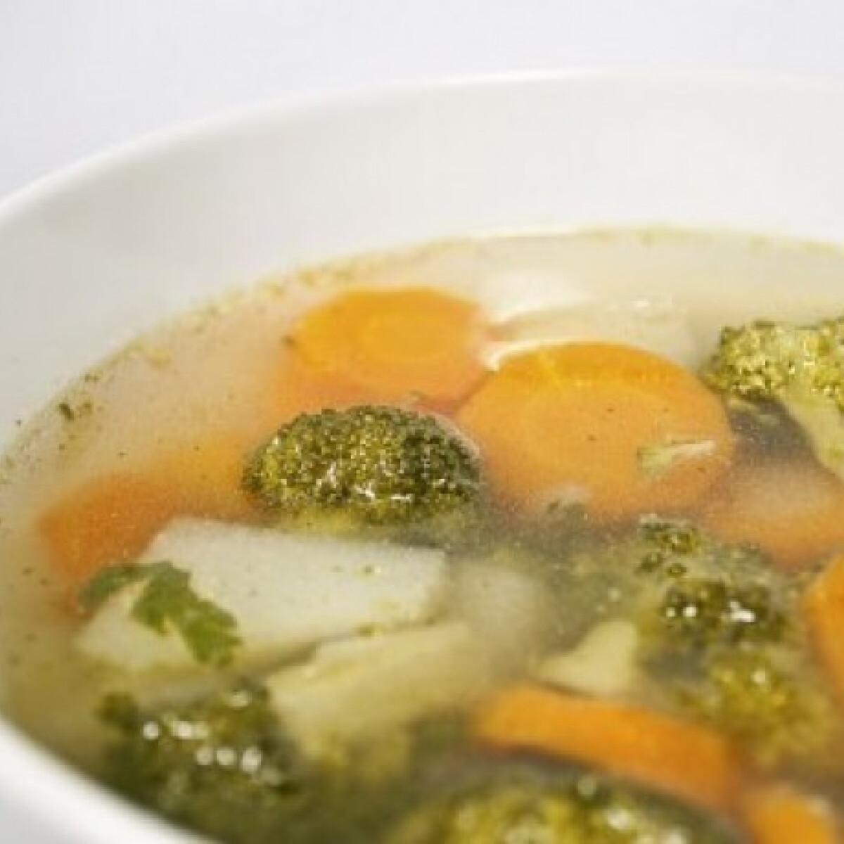 Ezen a képen: Egyszerű vegyes zöldségleves