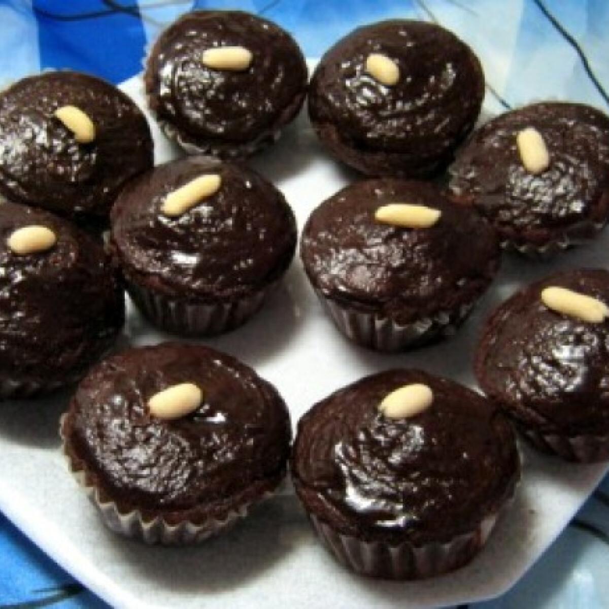 Ezen a képen: Csokimázas csokipudinggal töltött muffin