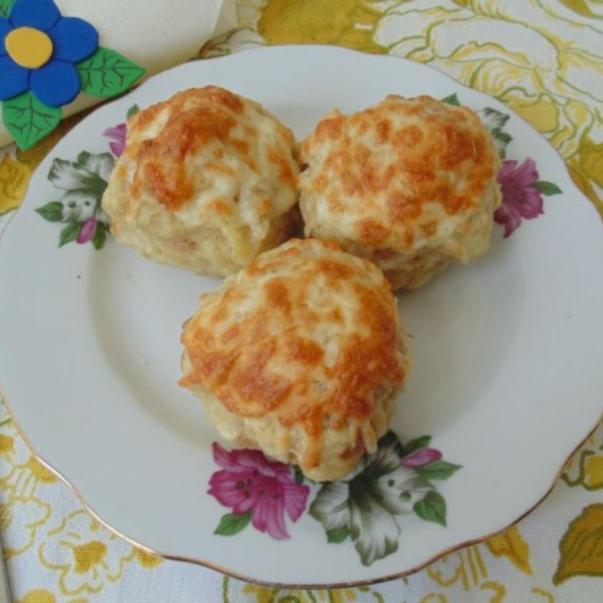 Szalonnás zsemlegombóc sajttal