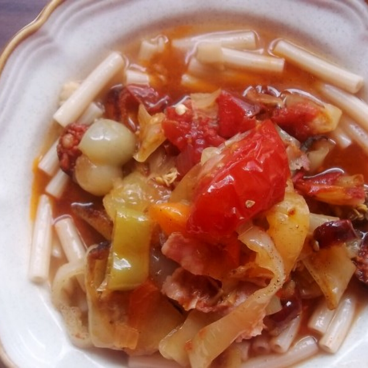 Ezen a képen: Baconös-kolbászos lecsó kolbásszal és tésztával