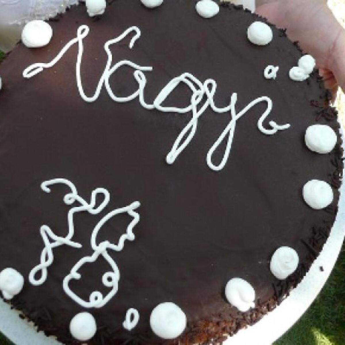 Ezen a képen: Csokikrémes-őszibarackos torta