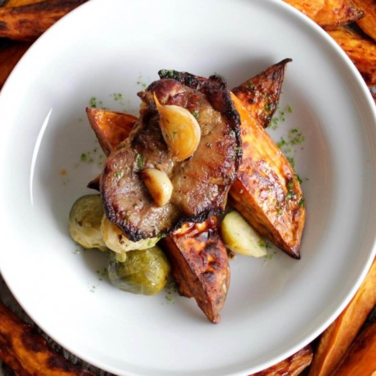 Ezen a képen: Roston sült tarja párolt kelbimbóval és édes steakburgonyával