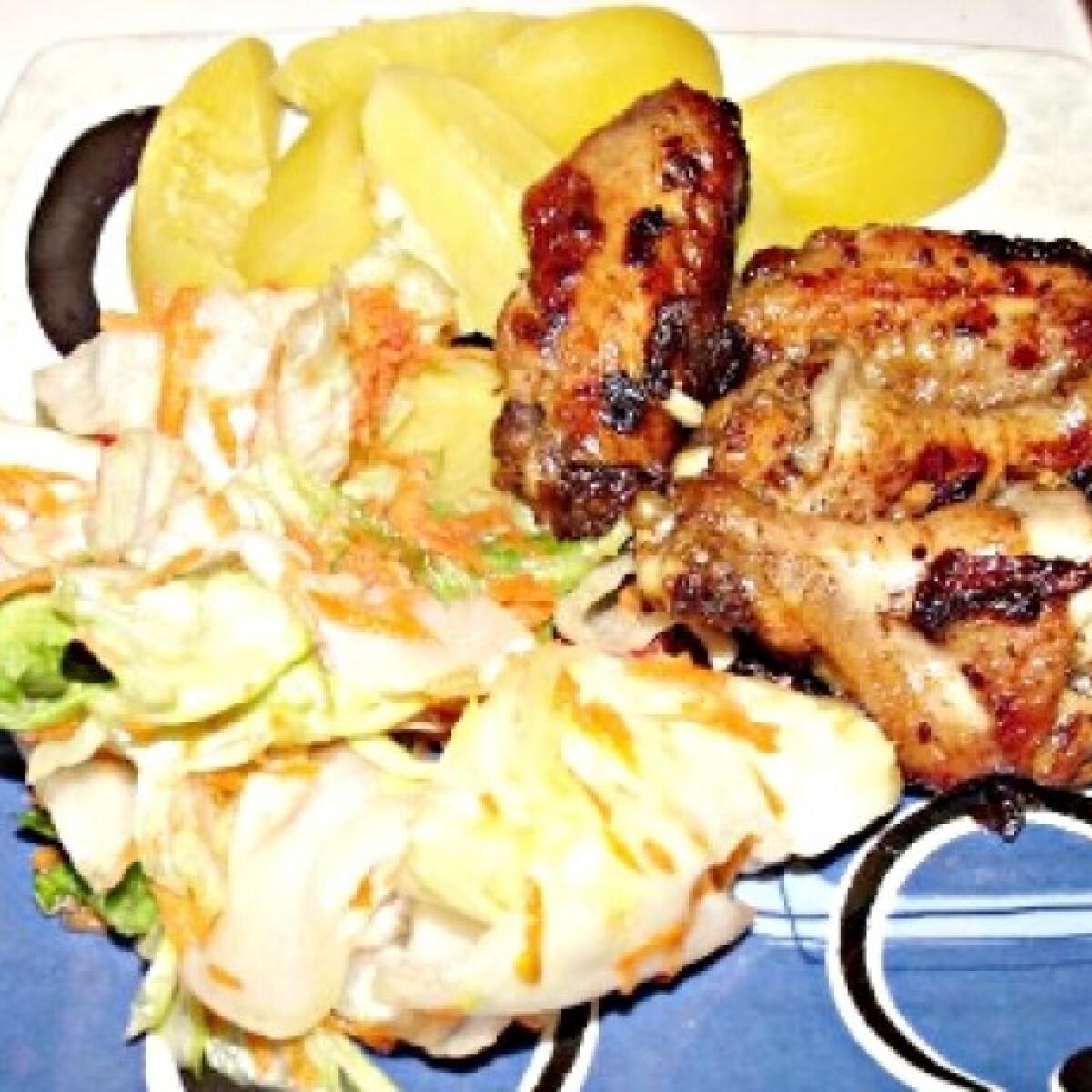 Ezen a képen: Szójás sült csirke salátával és burgonyával