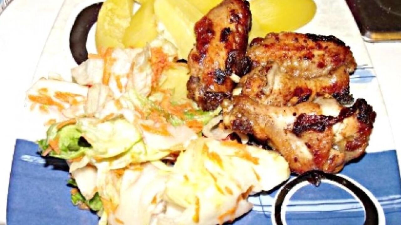 Szójás sült csirke salátával és burgonyával