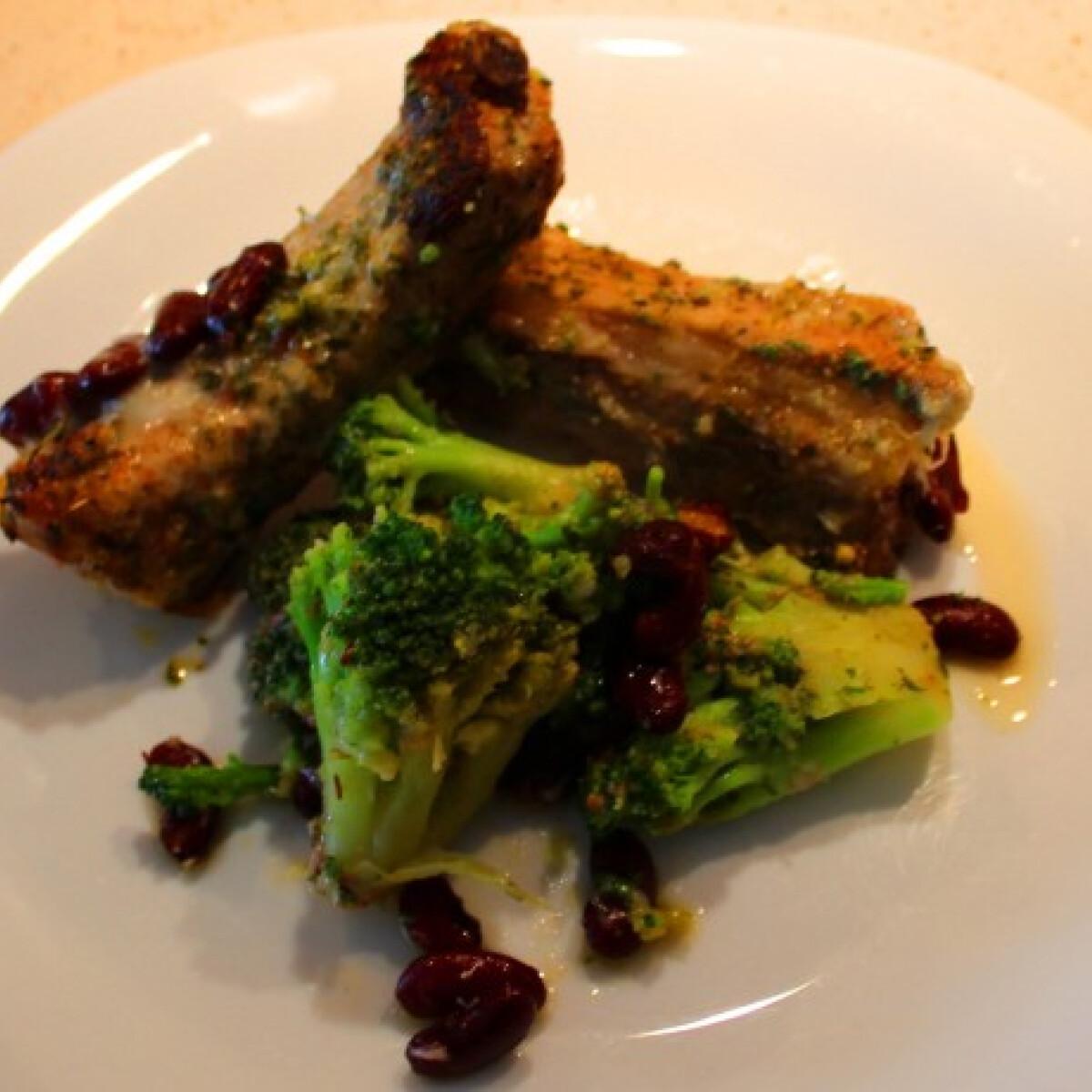 Ezen a képen: Sertésborda vörösbabos brokkolival