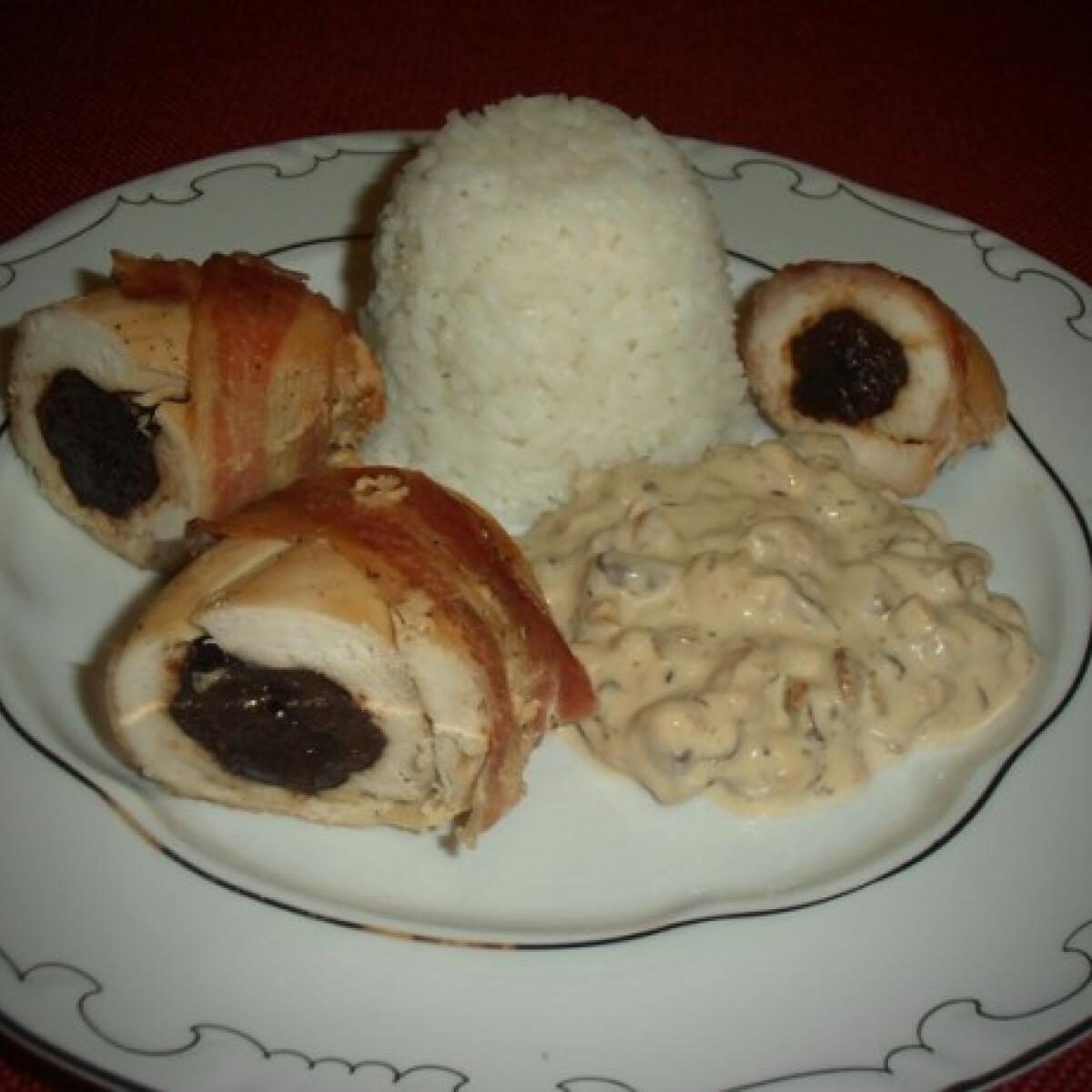 Ezen a képen: Aszalt szilvával töltött csirkemell diómártással