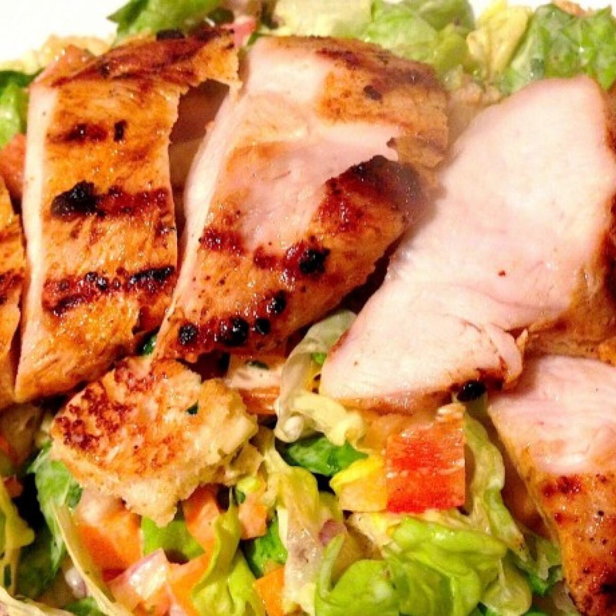 Ezen a képen: Csirkesaláta Kornél konyhájából