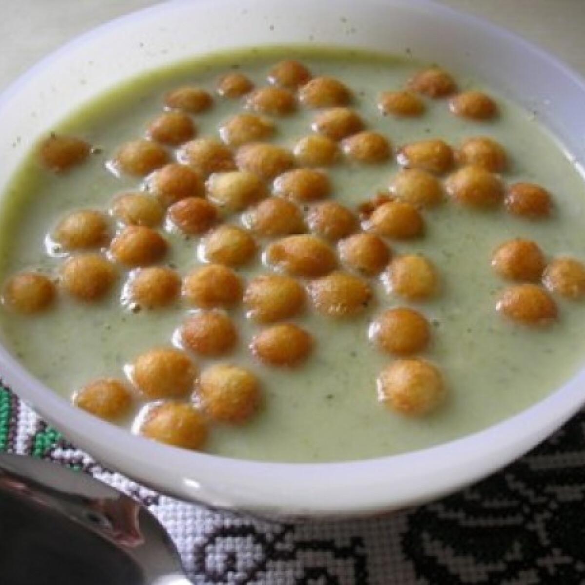 Ezen a képen: Brokkolikrémleves Zsuzsamama konyhájából