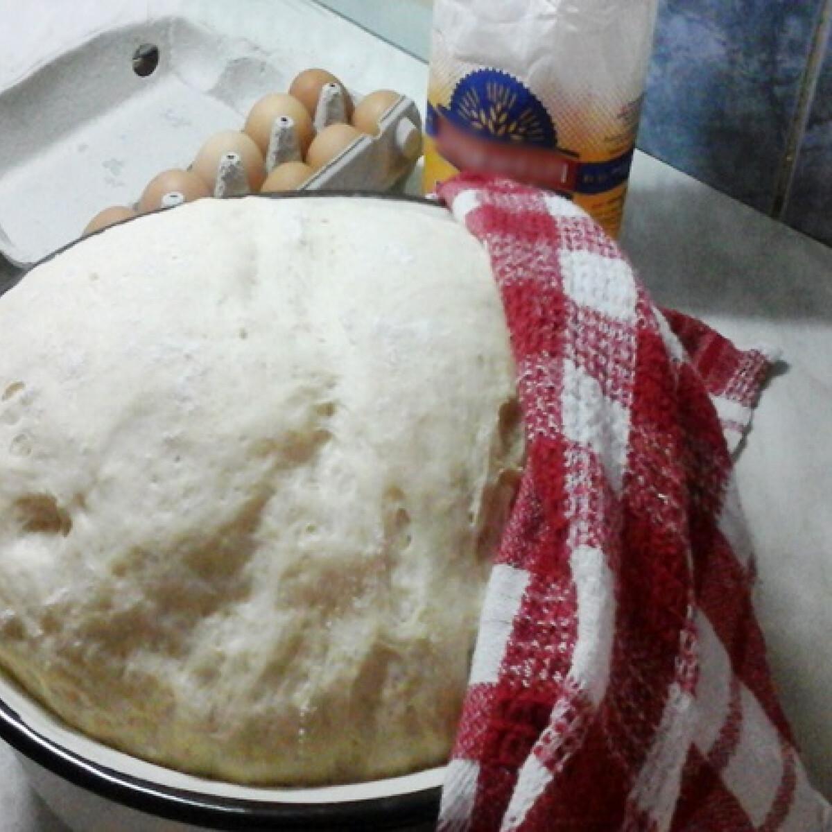 Ezen a képen: Kelt tészta készítése