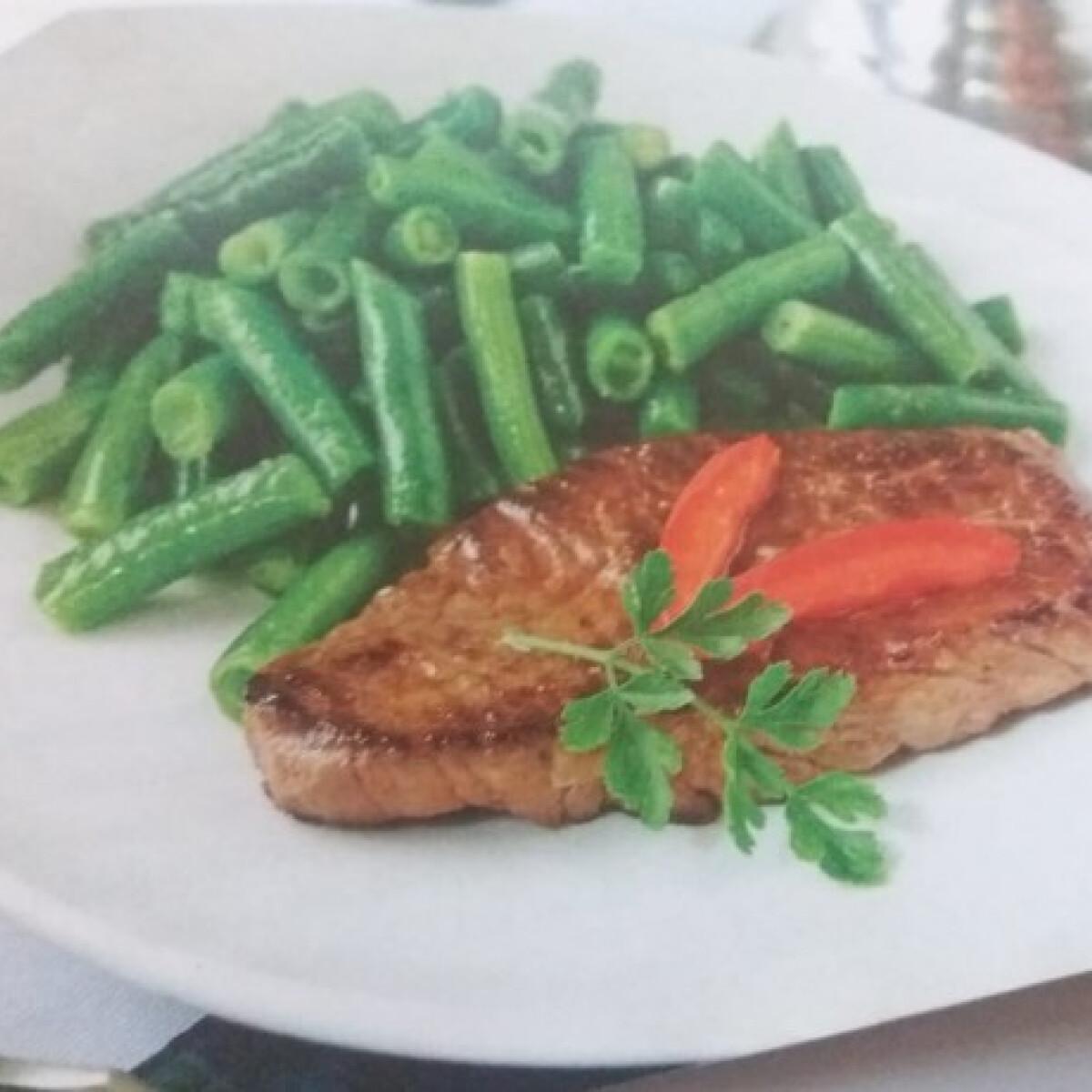 Svájci paradicsomos steak, zöldbabbal