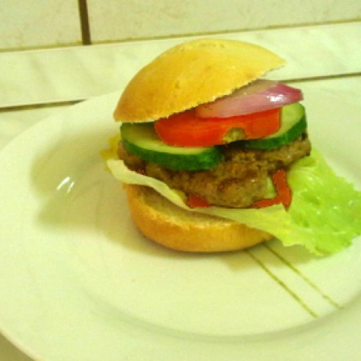 Ezen a képen: Hamburger NaNiAn konyhájából