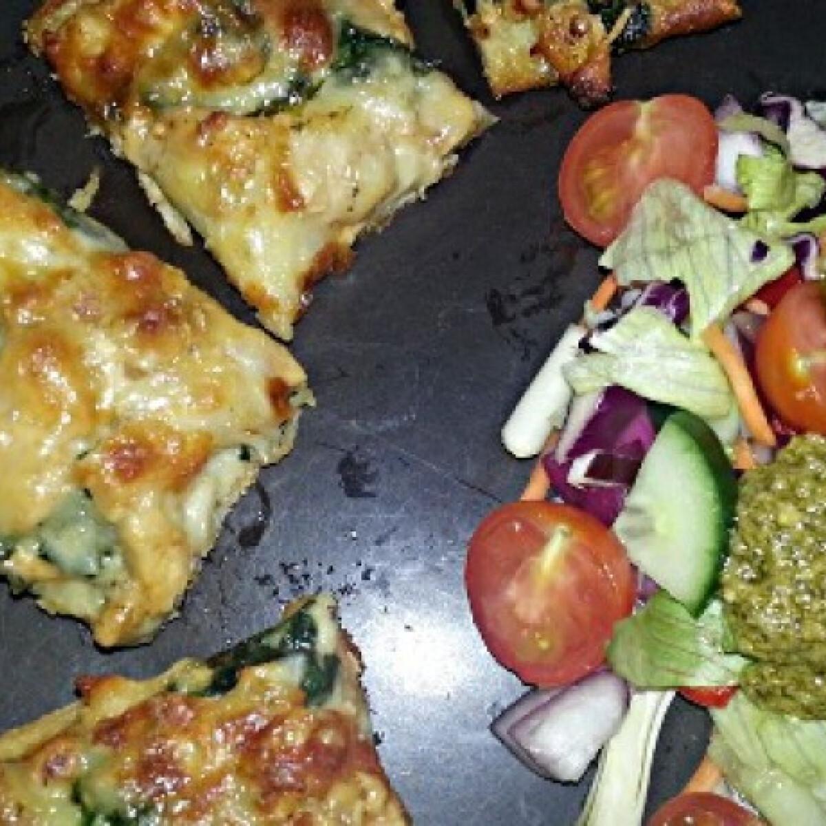 Ezen a képen: Fokhagymás-spenótos-csirkés pizza salátával