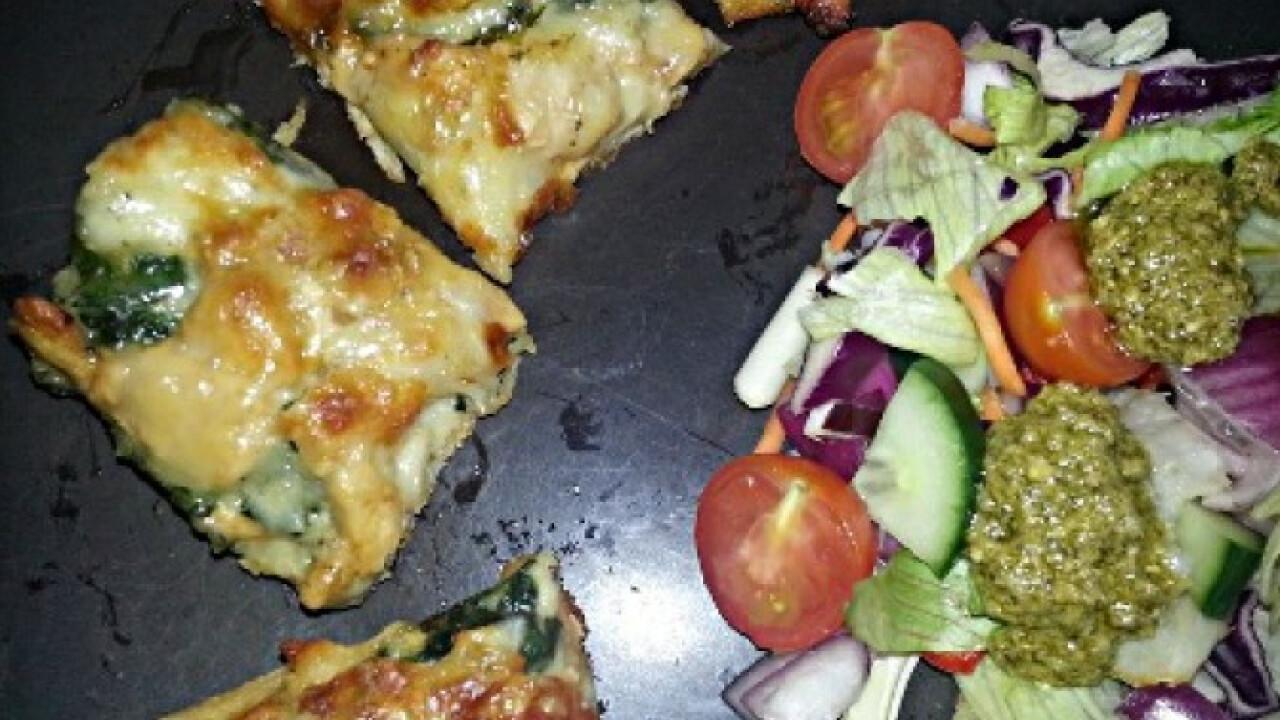 Fokhagymás-spenótos-csirkés pizza salátával