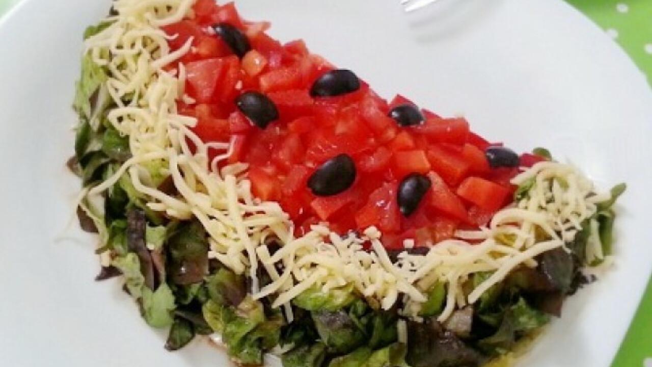 Rétegelt saláta dinnye formában