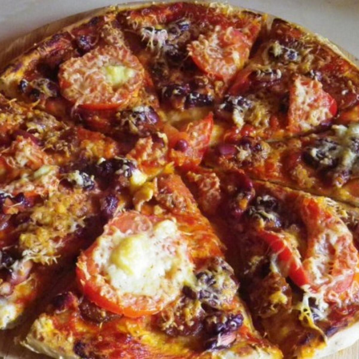 Ezen a képen: Kolbászos pizza Évi nénitől