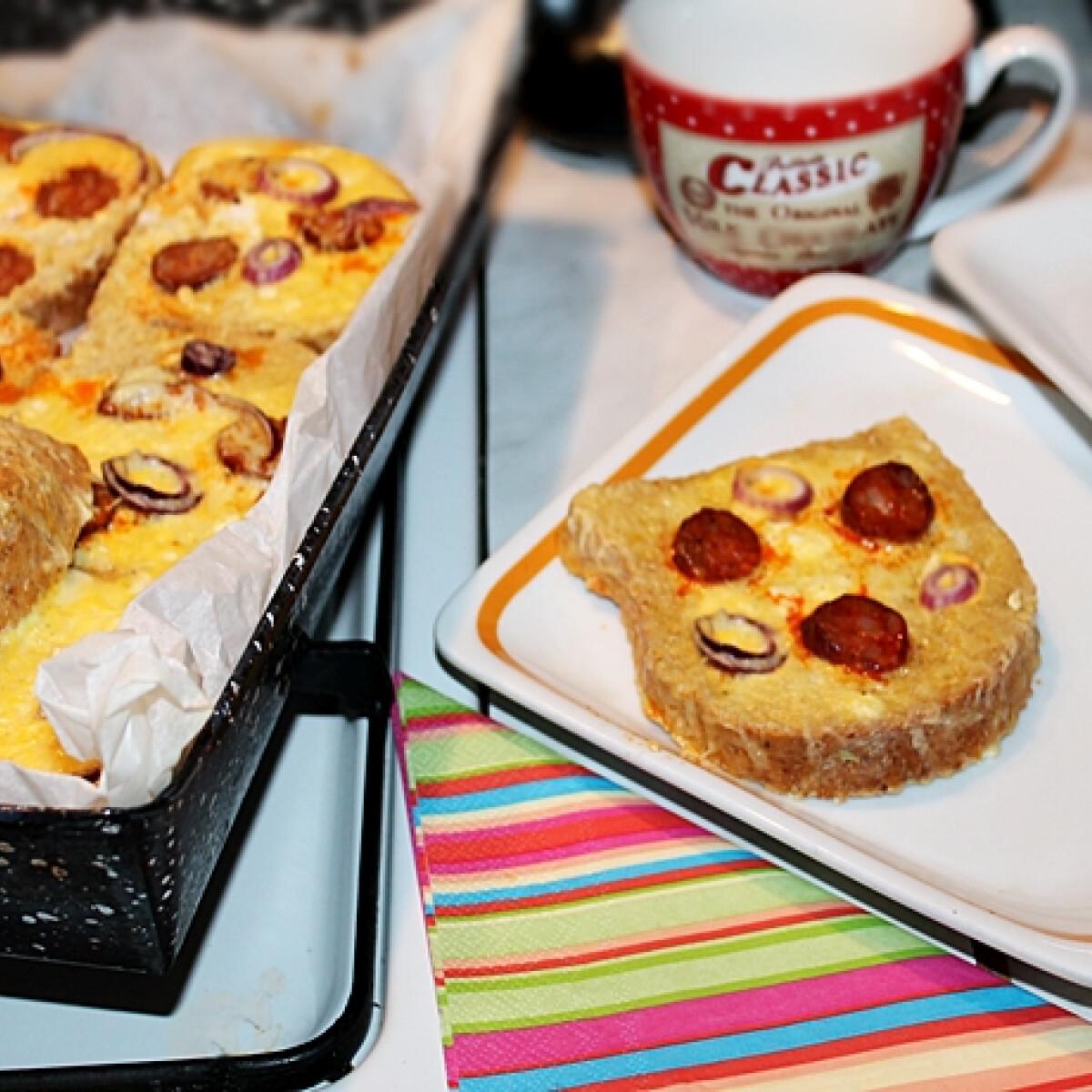Ezen a képen: Kolbászos-sajtos bundás kenyér a sütőből