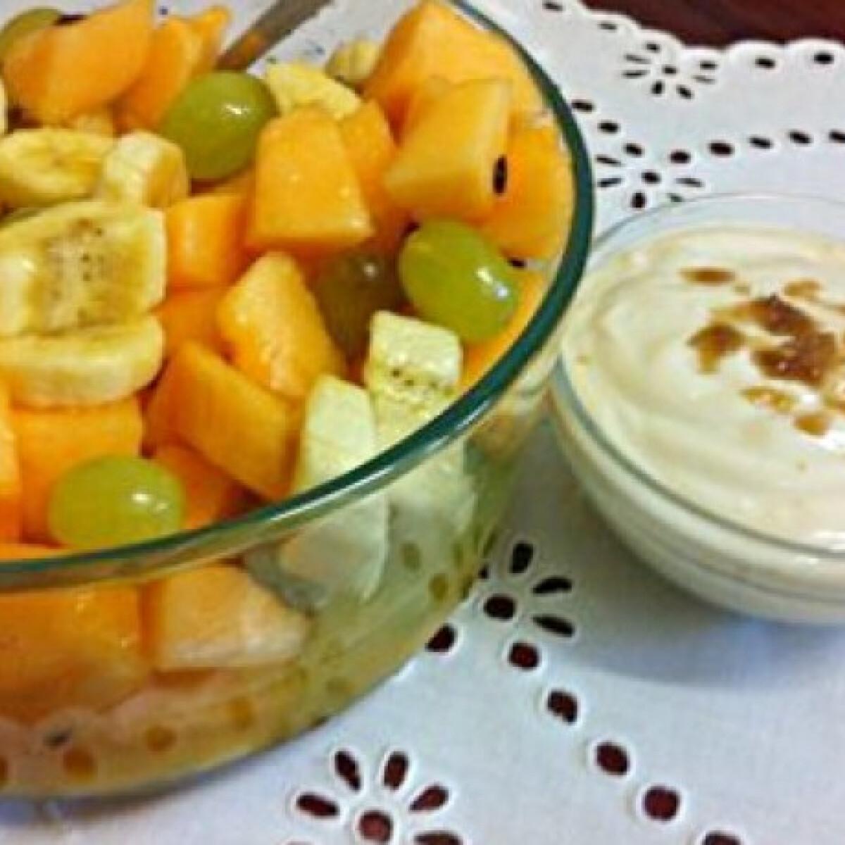 Ezen a képen: Gyümölcssaláta karamellás joghurtszósszal