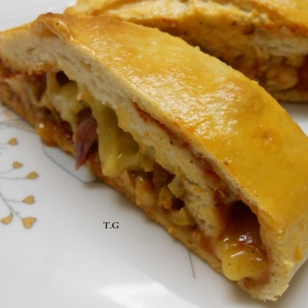 Ezen a képen: Sajtos-csirkés calzone
