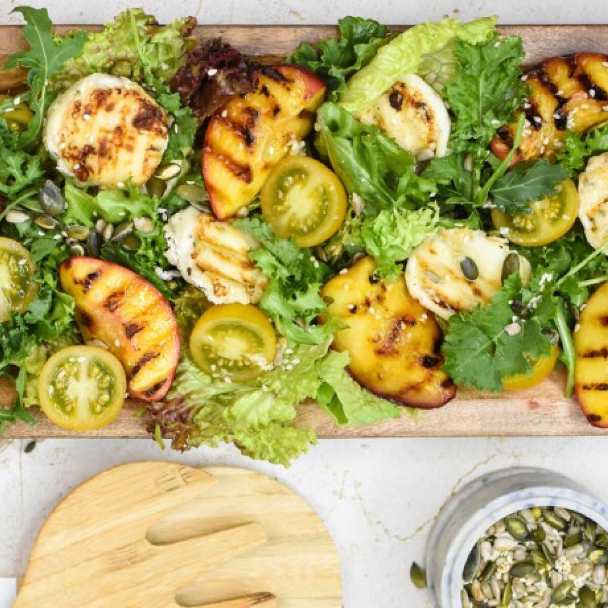 Ezen a képen: Grillezett nektarin és kecskesajt salátaágyon, pirított magvakkal