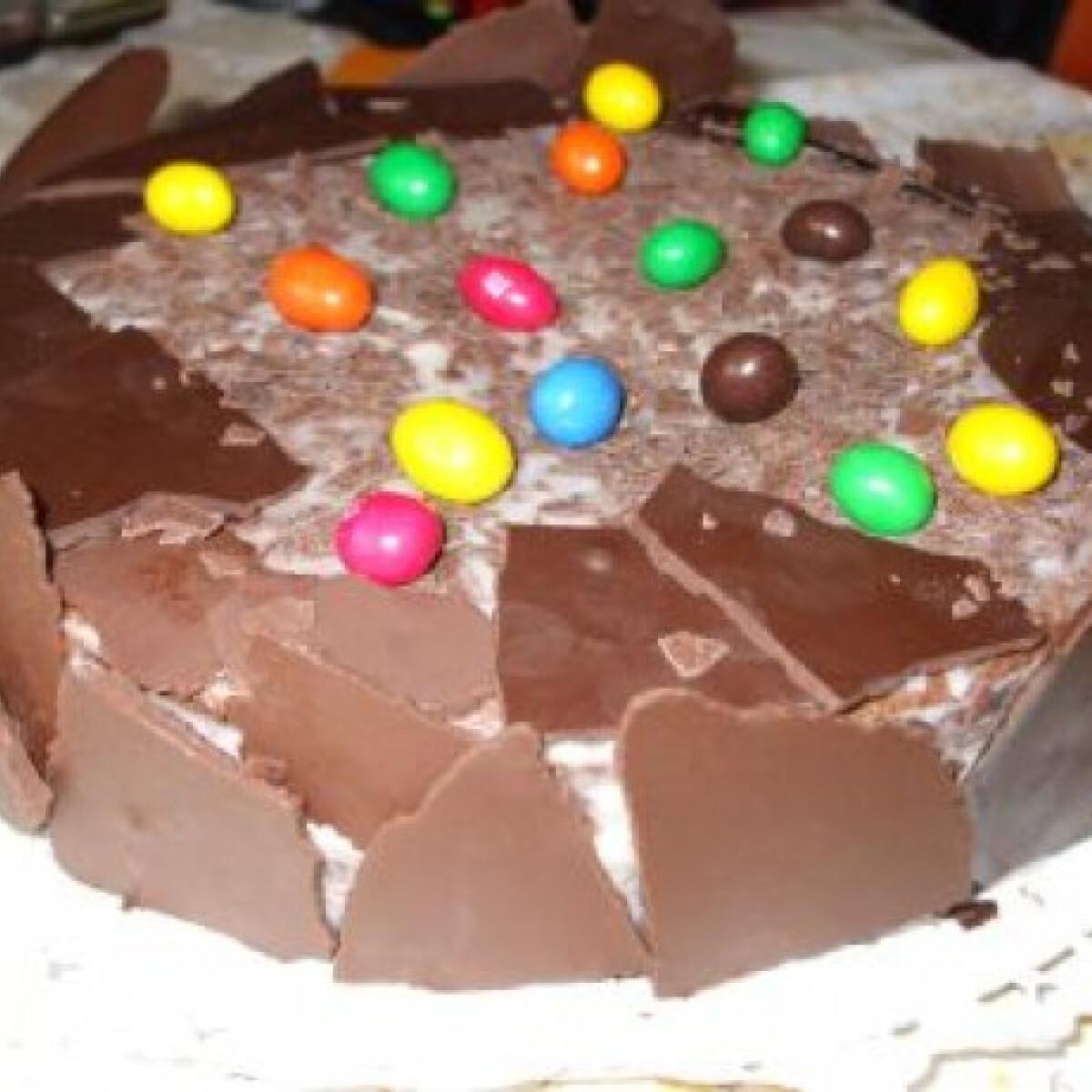 Ezen a képen: Tejszínes csokitorta színes cukorkával