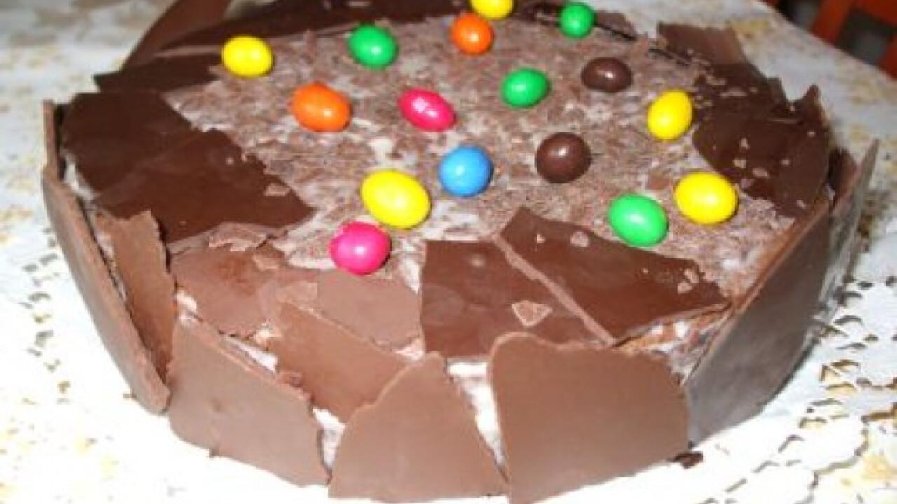 Tejszínes csokitorta színes cukorkával