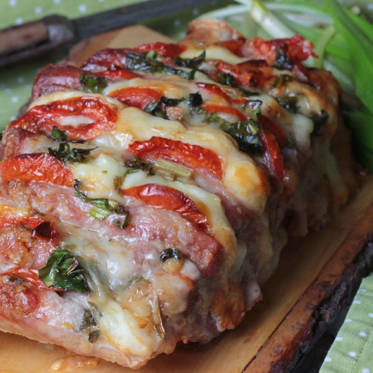 Trikolor zsebes karaj - medvehagyma, sajt és paradicsom karajba rejtve