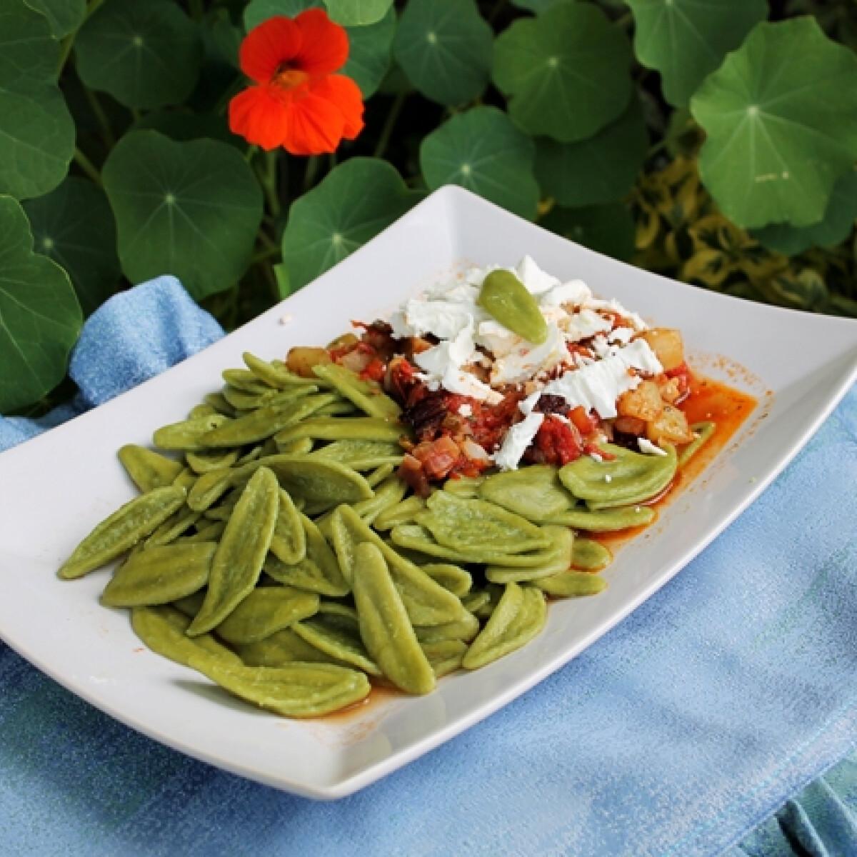 Ezen a képen: Fetás-húsos ragu borsóhéj alakú snidlinges tésztával