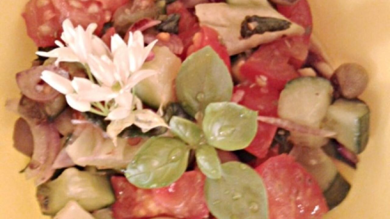 Nyári görögös saláta medvehagymával