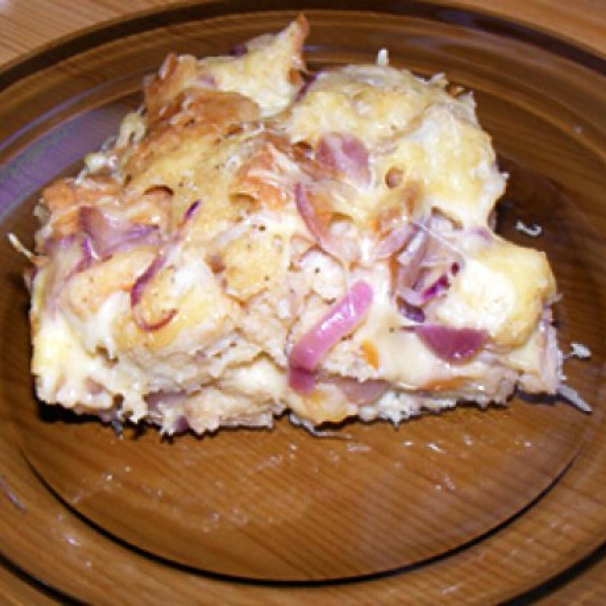 Ezen a képen: Füstölt sajtos-lilahagymás kenyérpuding