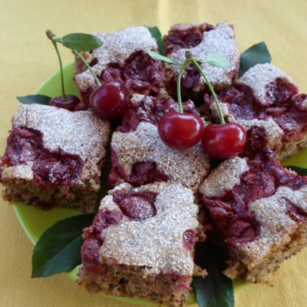 Ezen a képen: Cukkinis-diós-meggyes süti