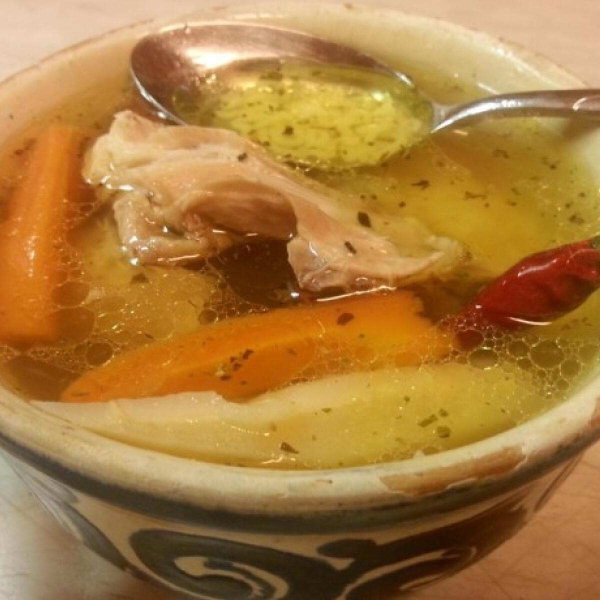 Ezen a képen: Gazdagon zöldségelt csirkehúsleves Manci konyhájából