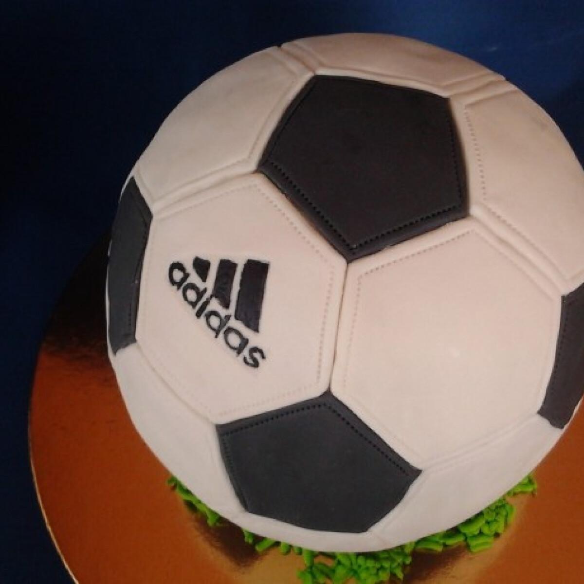 Ezen a képen: Feketeerdő torta foci formában